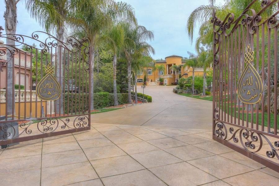 Private gates at driveway | 6005 Via Alicante Granite Bay